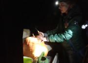 TomatOS Einblicke 2013: Gemeinschaftstreffen: Der Monsterkürbis wird zerlegt, die Topinambur-Knollen werden geerntet -3